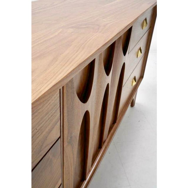 "Broyhill Brasilia Mid Century Walnut Brass ""Brasilia"" Sideboard Credenza For Sale - Image 4 of 7"