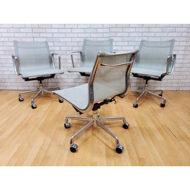 Herman Miller Mid Century Modern Eames for Herman Miller Aluminum Group Chair - Set of 4 For Sale - Image 4 of 5