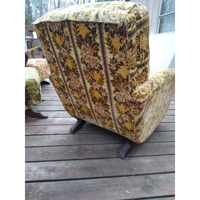 This is an all original 1970's vintage floral platform rocker, great quality, still has batting on the bottom.