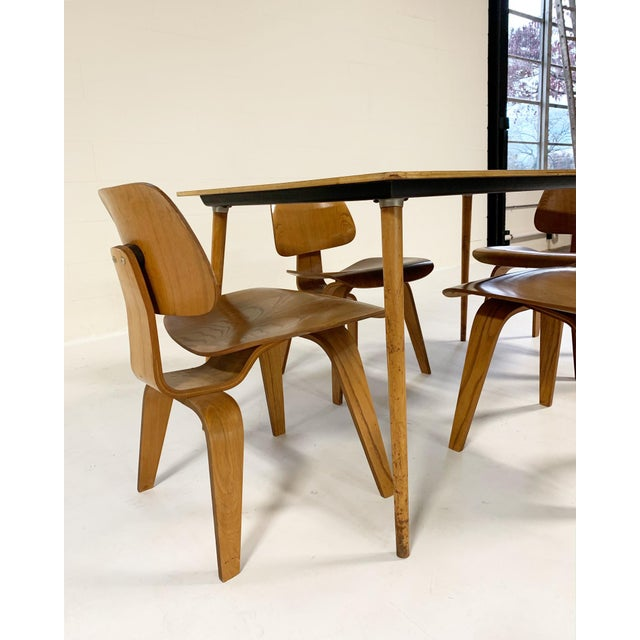 Mid-Century Modern 1950s Charles and Ray Eames for Herman Miller Dtw-3 Table & Dcw Dining Chairs - Set of 4 For Sale - Image 3 of 9