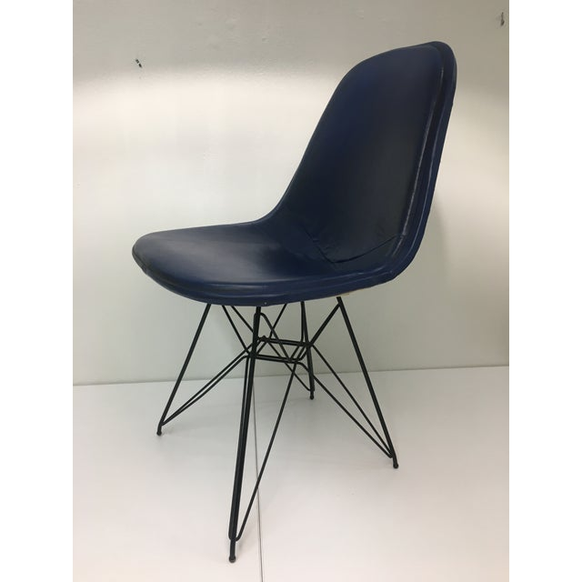 Authentic from the mid-century era, this classic Eames chair consists of a powder-coated white wire seat on the iconic...