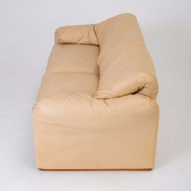 "1970s Leather ""Maralunga"" Loveseat by Vico Magistretti for Cassina For Sale - Image 5 of 13"