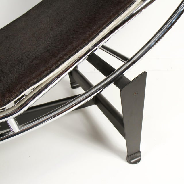 Le Corbusier Le Corbusier Style Lc4 Cowhide and Leather Chaise Lounge For Sale - Image 4 of 10