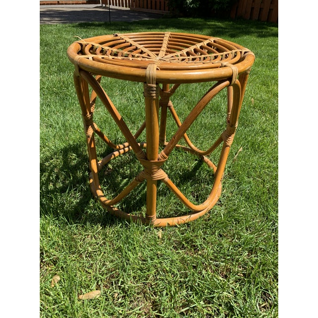 Darling vintage round rattan side table. Great vintage condition with minor flaws.