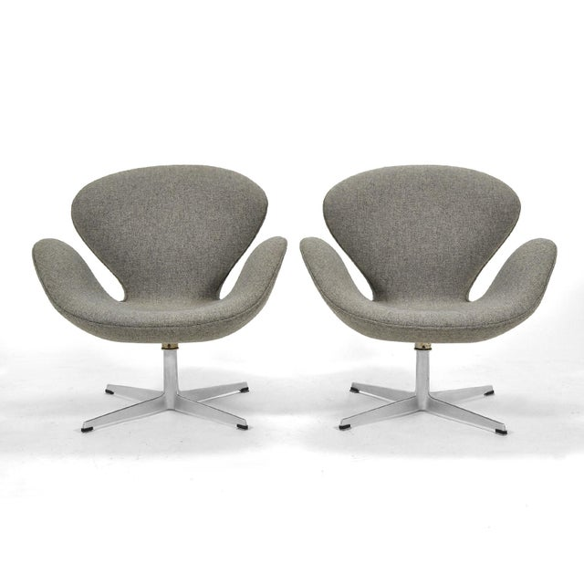Danish Modern Arne Jacobsen Pair of Swan Chairs by Fritz Hansen For Sale - Image 3 of 11