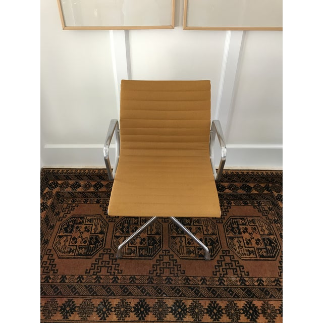 An Iconic design by Ray and charles Eames for Herman Miller, the aluminum group side chair is heavy and very well made....