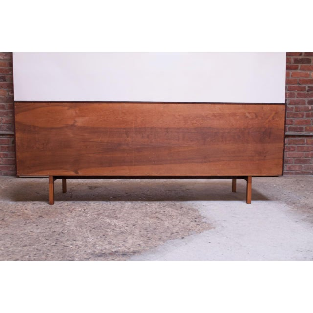 Vintage Florence Knoll White Lacquer and Walnut Model 541 Credenza / Cabinet For Sale In New York - Image 6 of 13