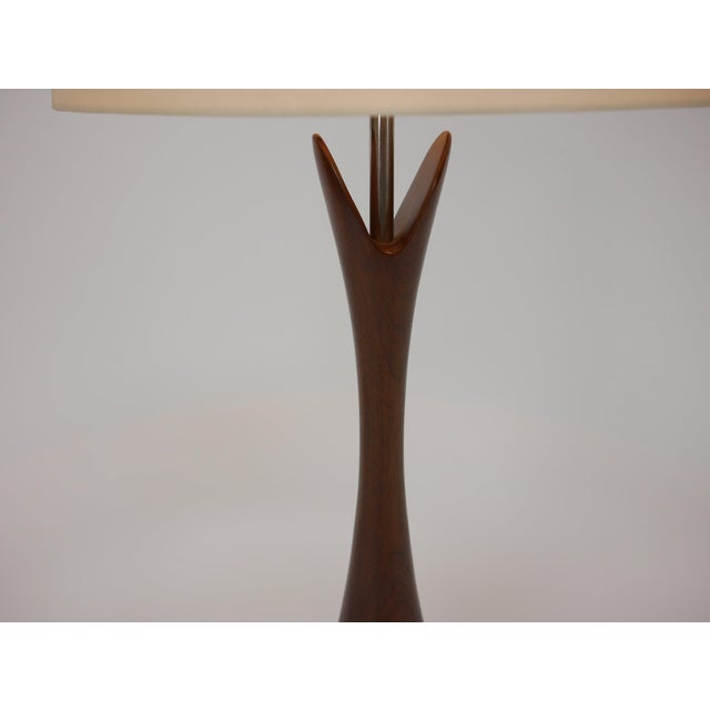 1950s Pair of Large Turned Walnut Hourglass Form Lamps by Laurel For Sale - Image 5 of 7