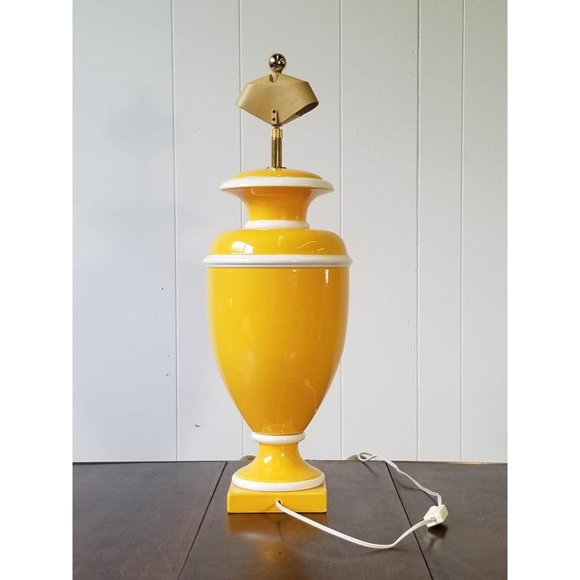 Hollywood Regency Vintage Italian Ceramic Lamp in Yellow and White For Sale - Image 3 of 9