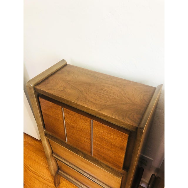 United Furniture Corporation Pair of Mid Century Walnut Nightstands For Sale - Image 4 of 12