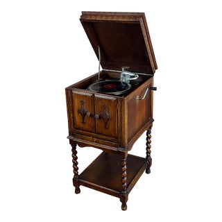 "Itonia ""Hand Crank"" Gramophone W/Beautiful Carved Oak Cabinet C.1910s For Sale"
