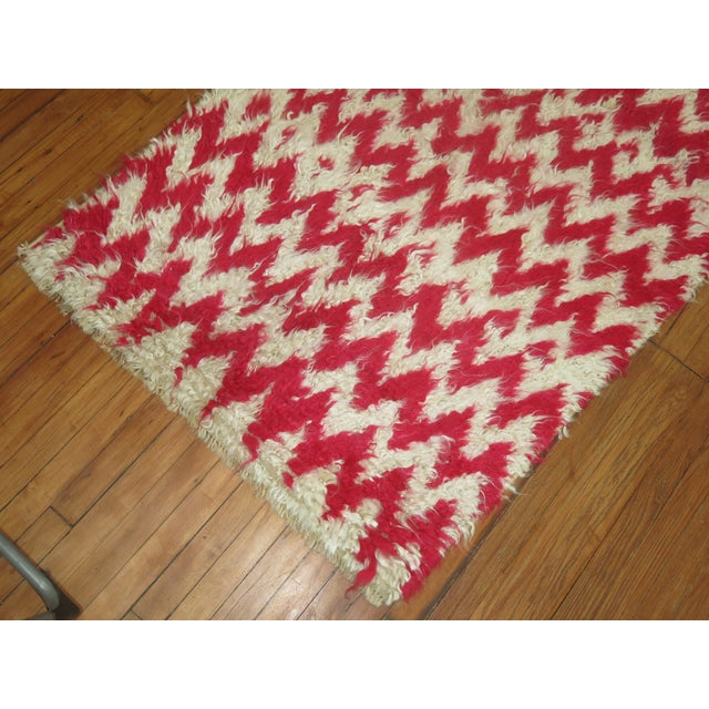 """Turkish White & Pink Shag Rug - 3'6"""" x 5'4"""" For Sale - Image 4 of 5"""