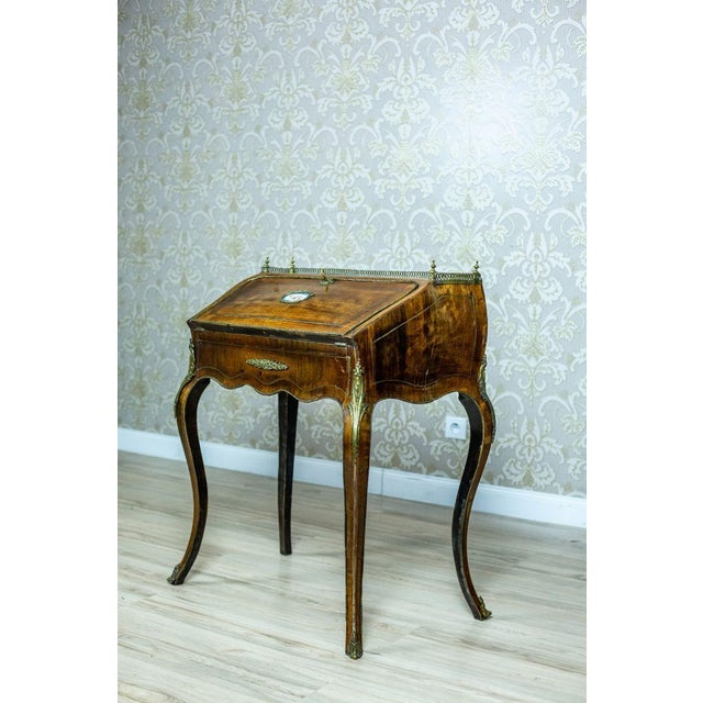 We present you this convex-concave writing desk with a beautiful hand painted miniature. The whole is from the 2nd half of...