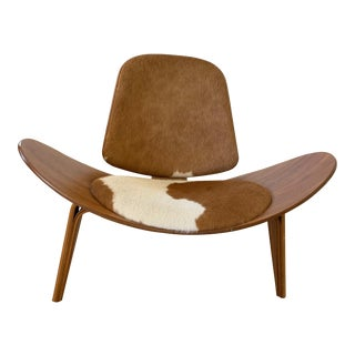 Hans J Wagner Shell Chair in Walnut and Cowhide For Sale