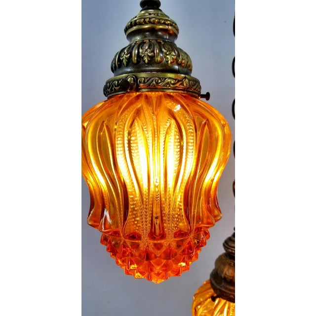 1960s Mid-Century Modern Hollywood Regency Amber Swag 5 Crackle Globe Brass Hanging Lamp For Sale - Image 10 of 13