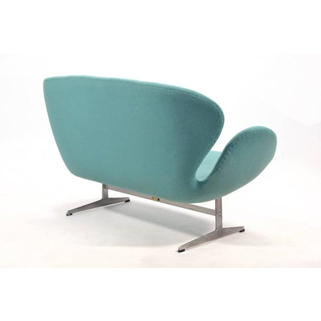 Silver Arne Jacobsen Swan Sofa by Fritz Hansen For Sale - Image 8 of 10