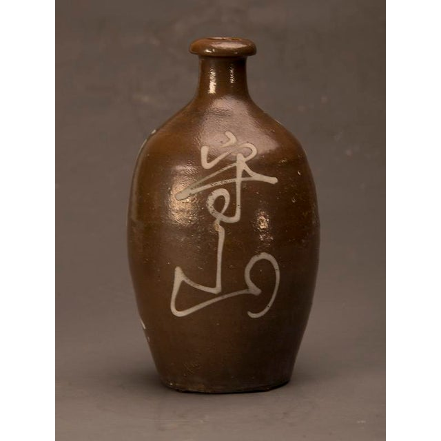 Abstract A trio of hand-made earthenware saki jars from Japan c. 1900 For Sale - Image 3 of 10