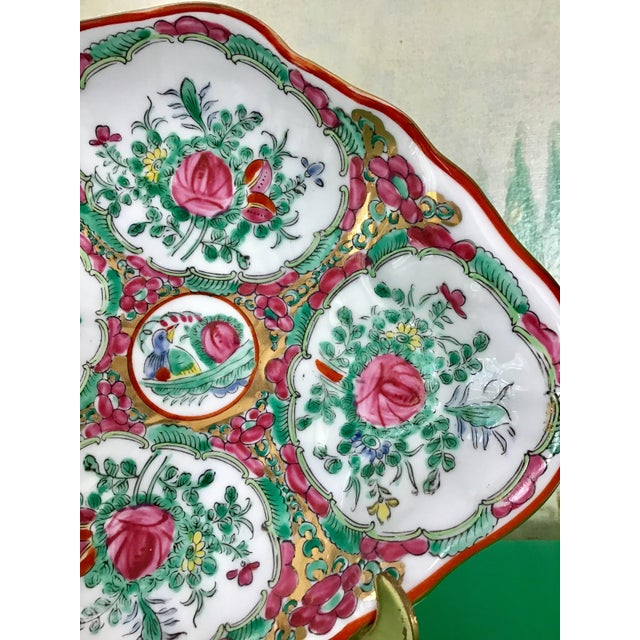 Chinoiserie Rose Medallion Porcelain Shell Bowl Catchall For Sale - Image 3 of 6