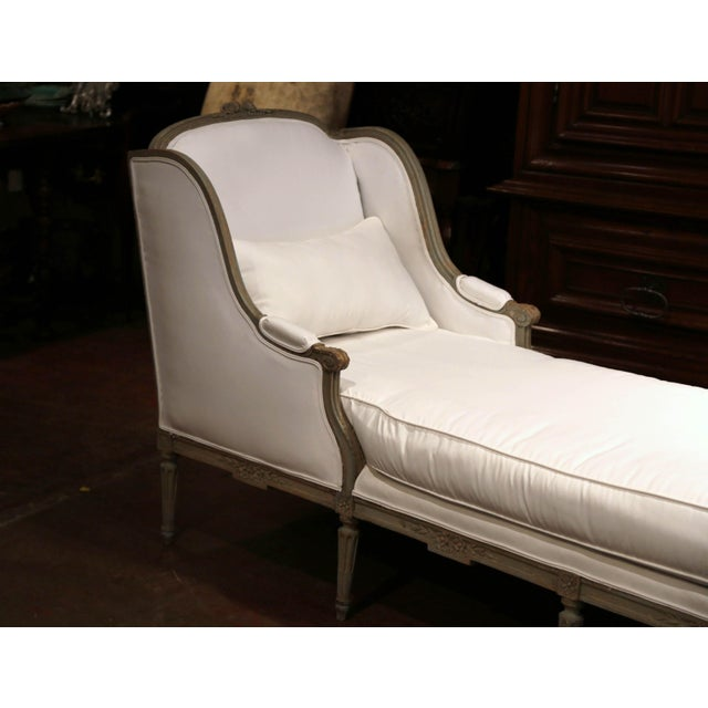 Baroque 19th Century French Louis XVI Carved and Painted Eight-Leg Chaise With Muslin For Sale - Image 3 of 12