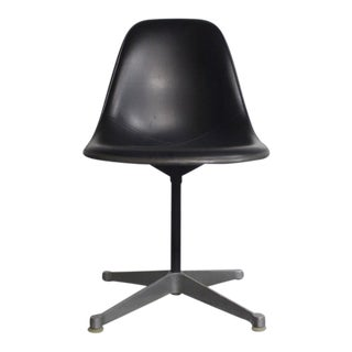 Mid-Century Modern Charles Eames Chair for Herman Miller For Sale