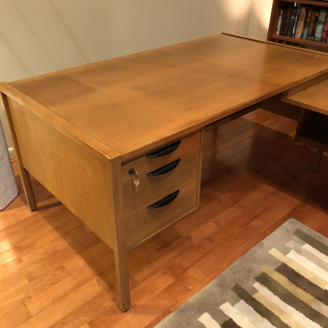 https://chairish-prod.freetls.fastly.net/image/product/sized/2c5d7c96-8b8d-46f9-98ca-f6fa673717e6/jens-risom-l-shape-mid-century-modern-wood-desk-2847?aspect=fit&width=640&height=640