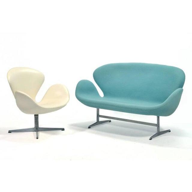 Arne Jacobsen Swan Sofa by Fritz Hansen For Sale - Image 9 of 10