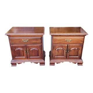 Pair 1980s Cherry Thomasville Furniture Queen Anne Style Bedside Nightstand Tables 10111-820 For Sale