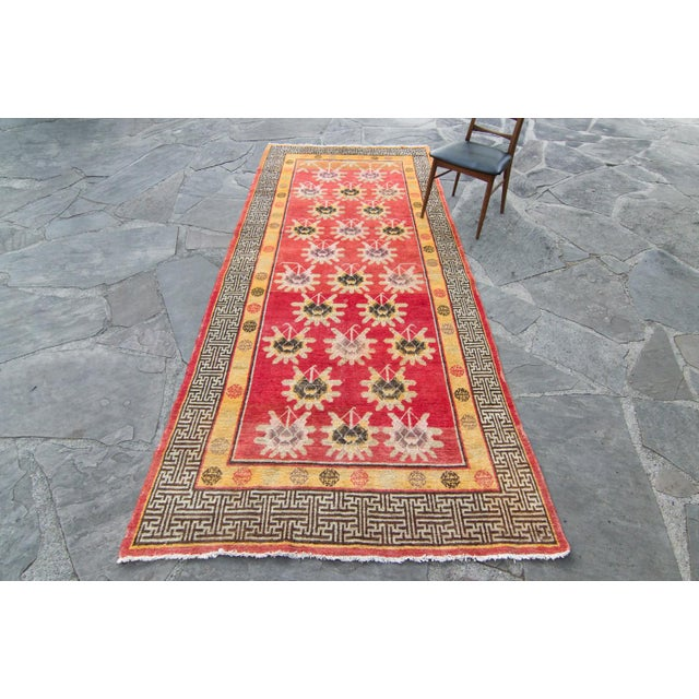 1920s House of Séance - 1920s Vintage Khotan Wool Pile Floral Wide Area Hand-Knotted Rug- 4′11″ × 11′2″ For Sale - Image 5 of 13
