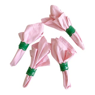 Vintage Set of 4 Pink Cotton Square Dinner Napkins With Kelly Green Scalloped Napkin Rings For Sale
