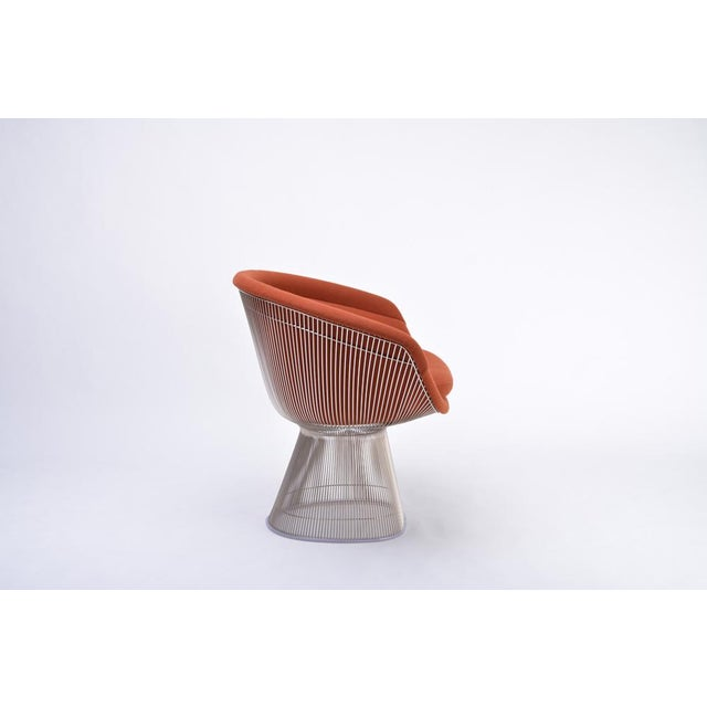 The lounge chair was designed by Warren Platner in 1966. The base is made of steel wire rods with nickel finish who are...