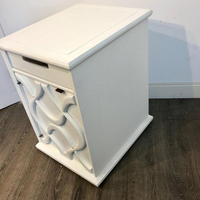 Modernage Furniture Company Pair of Moderage Sculptural Parzinger White Lacquered King Size Nightstands For Sale - Image 4 of 13