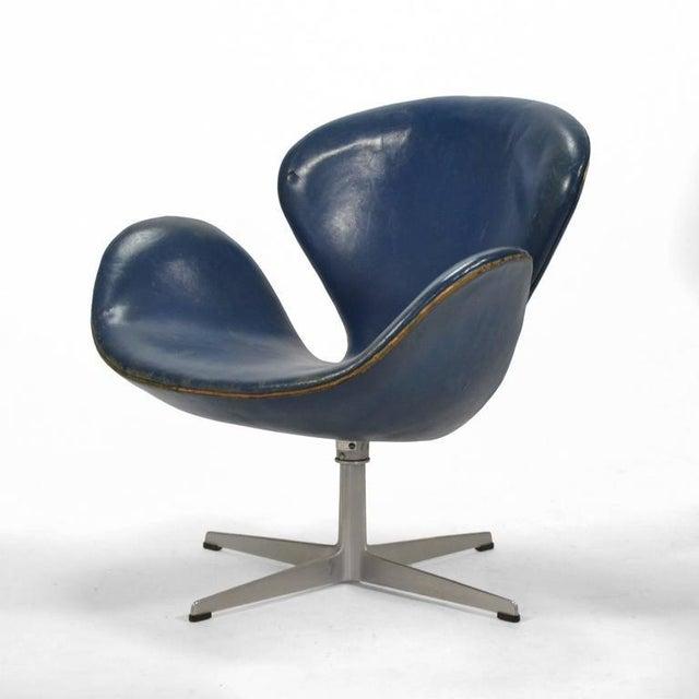 Fritz Hansen Arne Jacobsen Swan Chair in Original Blue Leather by Fritz Hansen For Sale - Image 4 of 10