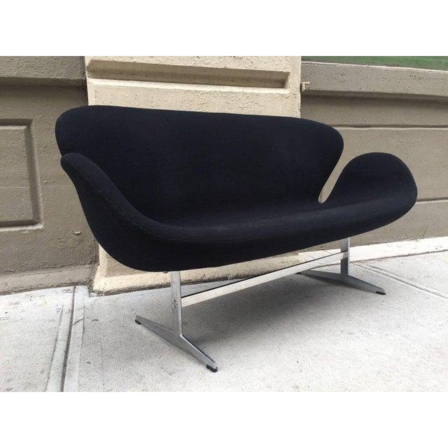 Mid-Century Modern Pair of Arne Jacobsen Swan Sofa for Fritz Hansen For Sale - Image 3 of 6