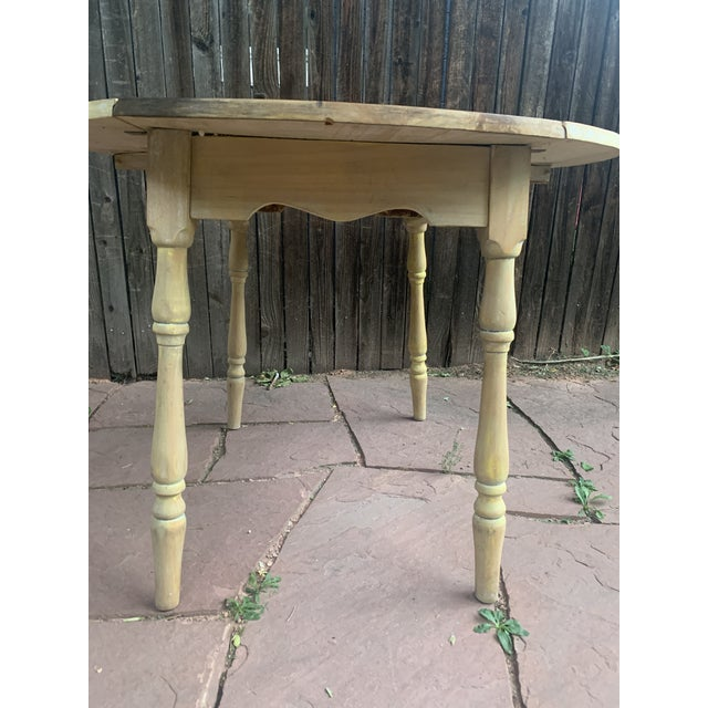 Early American Light Yellow Stained Pine Drop Leaf Dining Table For Sale - Image 9 of 13