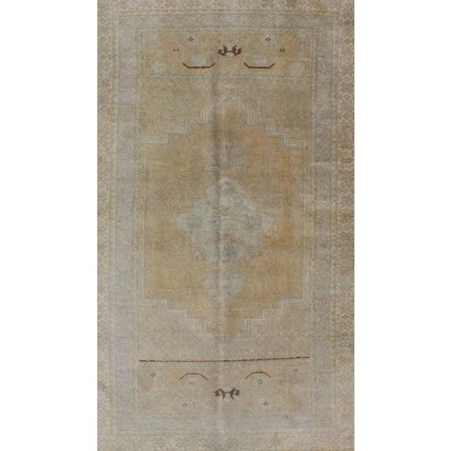 Turkish Keivan Woven Arts, En-92944, 1930s Vintage Turkish Oushak Rug - 3′6″ × 5′9″ For Sale - Image 3 of 7