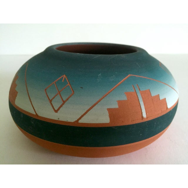 Turquoise Vintage Signed Native American Sioux Swallow Teal Ombre Terra Cotta Etched Vase For Sale - Image 8 of 11