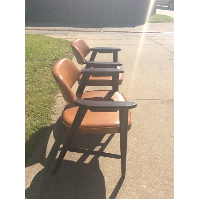 Vinyl Vintage Mid Century Paoli Lounge Chairs - A Pair For Sale - Image 7 of 13