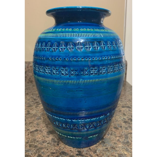Large Bitossi vase in the canonical Rimini blue. A classic piece!