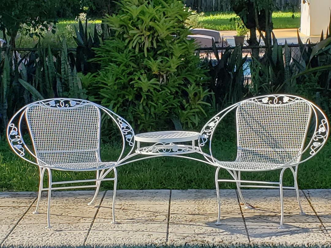 Mid 20th C. Vintage Ivy Leaf Tete De Tete Patio Furniture For Sale