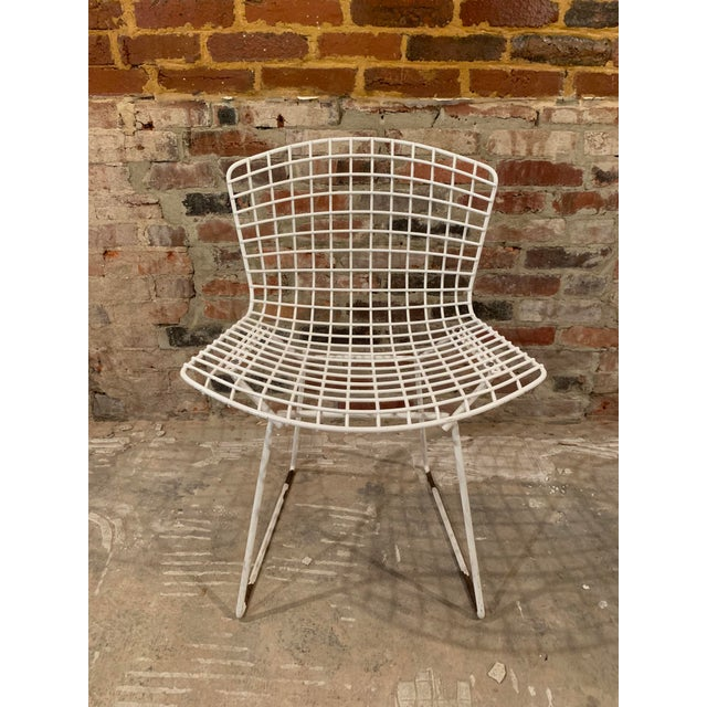 Set of 4 vintage Knoll Bertoia wire side chairs. Constructed of welded steel rods with an original white powder coat...