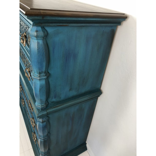 Vintage Bassett Five Drawer Ornate Dresser - Image 4 of 6