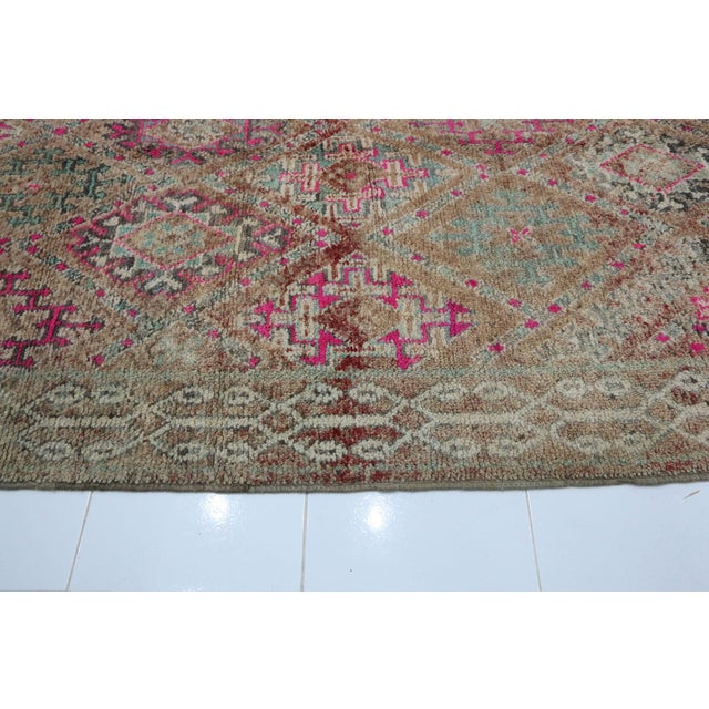 """1970s 1970's Vintage Moroccan Boujad Rug- 5'9"""" X 9'8"""" For Sale - Image 5 of 6"""