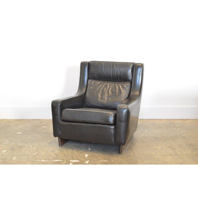 Mid-Century Modern Vintage Black Leather Comfortable XL Lounge Chair For Sale - Image 3 of 6