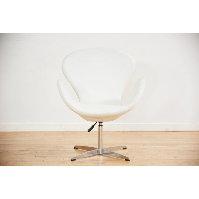 Arne Jacobsen Style Swan Swiveling Lounge Chair For Sale - Image 12 of 12