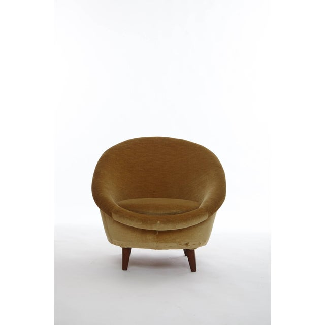 Rare 1950s Norwegian egg chair, upholstered in velvet. Fabric shows some wear and marks. Re-upholstery available upon...