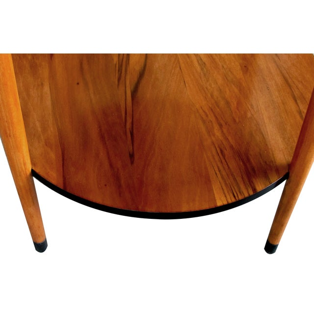 A sleek and stylish American mid-century modern ash circular side table with ebonized highlights For Sale - Image 4 of 4