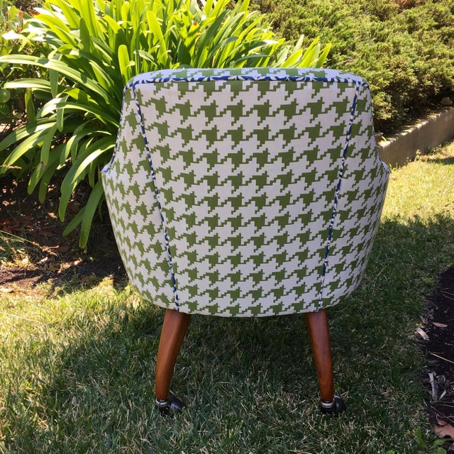Mid-Century Modern Mid-Century Modern Green and White Houndstooth Accent Chair on Casters For Sale - Image 3 of 7