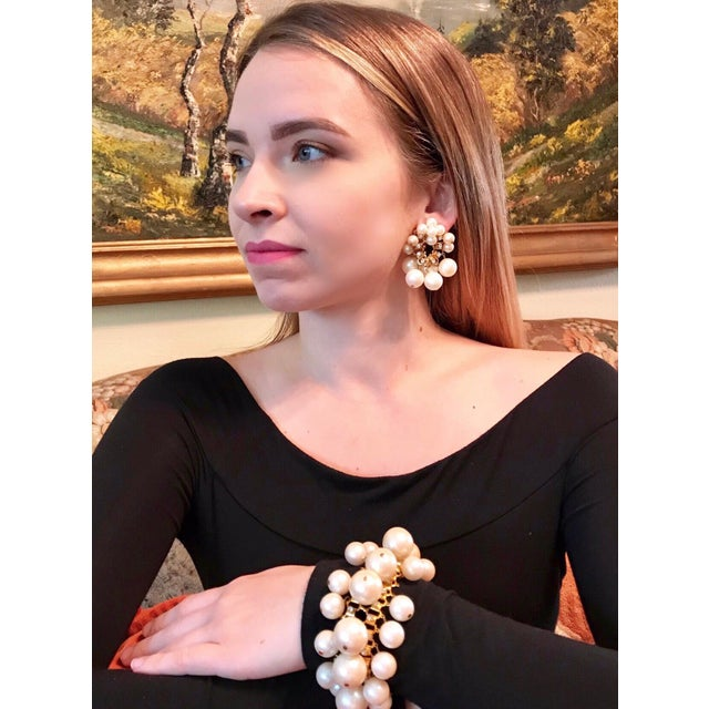 Baroque 1960s William deLillo Faux-Pearl Bracelet and Earrings For Sale - Image 3 of 6