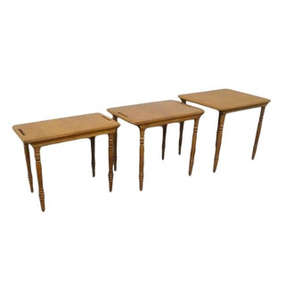20th Century Early American Conant Ball Maple Set of Nesting Tables - Set of 3 For Sale