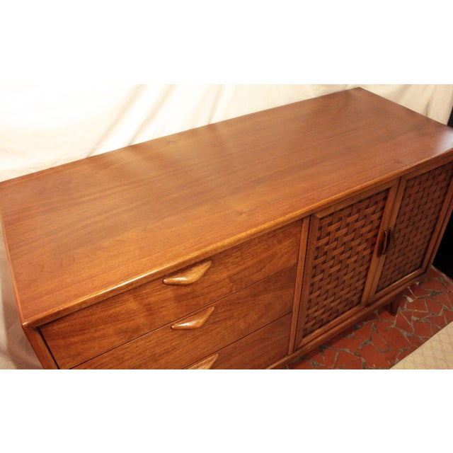 Lane Furniture Mid Century Modern Walnut Credenza by Lane For Sale - Image 4 of 8